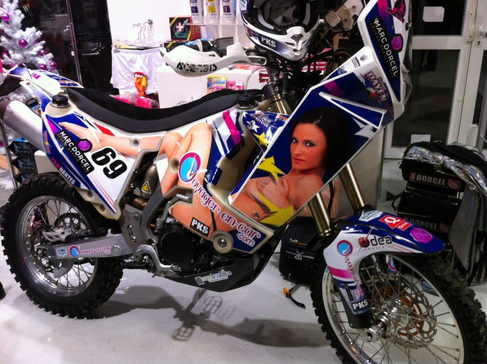 dakar 2013 d couvrez la nouvelle moto sexy du dossard 69 aux couleurs d 39 une actrice marc. Black Bedroom Furniture Sets. Home Design Ideas