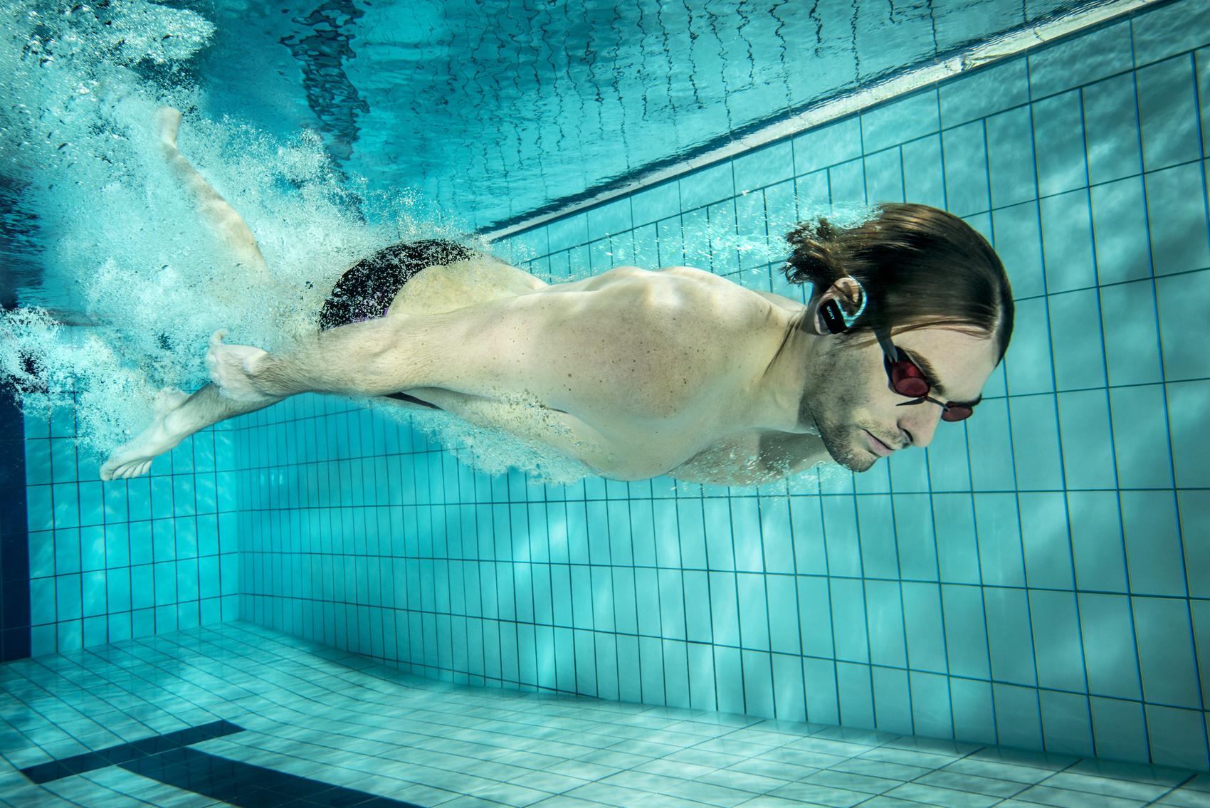 Camille lacourt plonge pour sony et son nouveau walkman for Ecouteur pour piscine